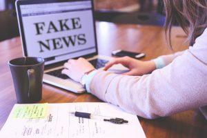 Dziewczyna ikomputer znapisem fake news